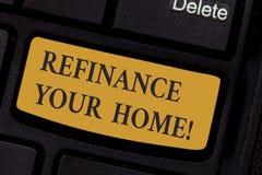 Escrevendo a exibição da nota refinancie sua casa Apresentar da foto do negócio permite que o devedor obtenha o melhor termo do i foto de stock royalty free