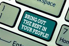 Escrevendo a exibição da nota traga para fora o melhor em seus povos Apresentar da foto do negócio faz trabalhos de equipe melhor imagens de stock
