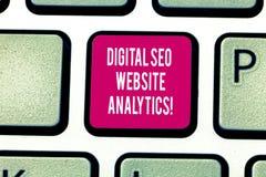 Escrevendo a exibição Digital Seo Website Analytics da nota Estratégia em linha apresentando da otimização do Search Engine da fo fotos de stock
