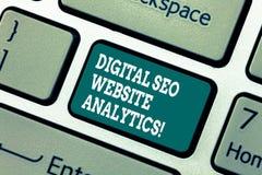 Escrevendo a exibição Digital Seo Website Analytics da nota Estratégia em linha apresentando da otimização do Search Engine da fo fotografia de stock royalty free