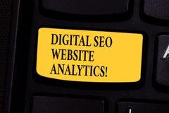 Escrevendo a exibição Digital Seo Website Analytics da nota Estratégia em linha apresentando da otimização do Search Engine da fo imagens de stock