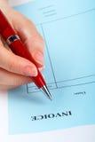 Escrevendo a factura em branco com pena Foto de Stock Royalty Free