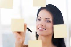 Escrevendo ideias novas. Imagens de Stock