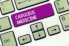 Escrevendo a medicina do Caduceus da exibição da nota Símbolo apresentando da foto do negócio usado na medicina em vez do Rod de imagens de stock royalty free