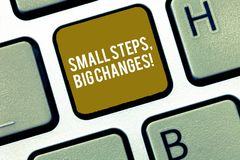 Escrevendo a nota que mostra a etapas pequenas mudanças grandes Apresentar da foto do negócio faz coisas pequenas para realizar g fotos de stock