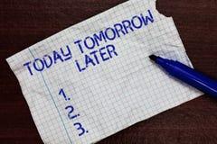 Escrevendo a nota que mostra hoje amanhã mais tarde Foto do negócio que apresenta presentemente atualmente futuro logo mais tarde fotografia de stock royalty free