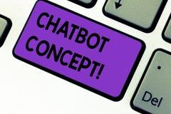 Escrevendo a nota que mostra o conceito de Chatbot Foto do negócio que apresenta a chave de teclado assistente virtual da ajuda o foto de stock