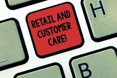 Escrevendo a nota que mostra o cuidado do retalho e do cliente Serviços de ajuda apresentando da loja do auxílio da compra da fot imagens de stock