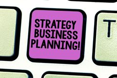 Escrevendo a nota que mostra o planeamento empresarial da estratégia Apresentar da foto do negócio esboça uma organização s é tot imagem de stock royalty free