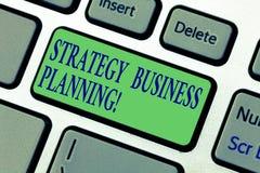 Escrevendo a nota que mostra o planeamento empresarial da estratégia Apresentar da foto do negócio esboça uma organização s é tot fotografia de stock