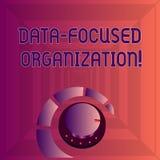 Escrevendo a nota que mostra a organização focalizada dados Captação apresentando da foto do negócio e para reforçar o valor do s ilustração do vetor