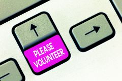 Escrevendo a nota que mostra por favor voluntário Foto do negócio que apresenta procurando alguém que trabalha sem ser pago imagens de stock