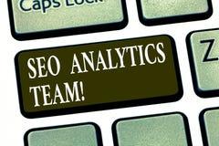 Escrevendo a nota que mostra Seo Analytics Team Exibição apresentando da foto do negócio que faz o processo que afeta a visibilid imagem de stock