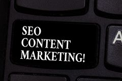 Escrevendo a nota que mostra Seo Content Marketing Publicação apresentando da foto do negócio do material projetada promover a foto de stock