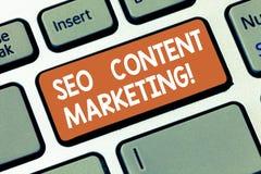 Escrevendo a nota que mostra Seo Content Marketing Publicação apresentando da foto do negócio do material projetada promover a fotos de stock