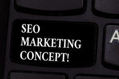 Escrevendo a nota que mostra Seo Marketing Concept Estratégia apresentando da foto do negócio esse implementar para satisfazer cl imagens de stock
