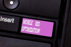 Escrevendo a nota que mostra Seo Optimization móvel Apresentar da foto do negócio permite um Web site de classificar para buscas  fotos de stock