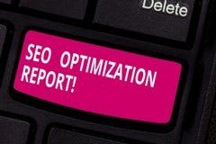 Escrevendo a nota que mostra Seo Optimization Report Vista geral apresentando da foto do negócio de um perforanalysisce do Web si imagem de stock