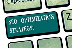 Escrevendo a nota que mostra Seo Optimization Strategy O processo apresentando da foto do negócio de organizar um Web site s é sa imagens de stock