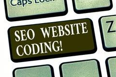 Escrevendo a nota que mostra Seo Website Coding Apresentar da foto do negócio cria o local na maneira para fazê-la mais visível p fotografia de stock