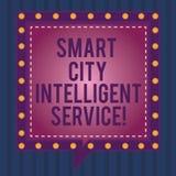 Escrevendo a nota que mostra a Smart City o serviço inteligente Foto do negócio que apresenta cidades modernas tecnologicos conec ilustração stock