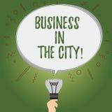 Escrevendo o negócio de exibição da nota na cidade Foto do negócio que apresenta escritórios profissionais das empresas urbanas n ilustração royalty free