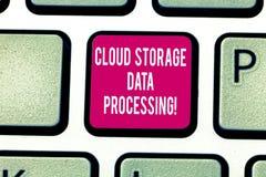 Escrevendo o processo de dados do armazenamento da nuvem da exibição da nota Foto do negócio que apresenta o arquivo em linha mod foto de stock royalty free