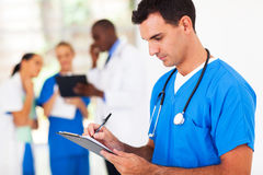 Escrevendo o relatório médico Fotos de Stock Royalty Free