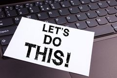 Escrevendo o texto de tráfico humano feito no close-up do escritório no teclado de laptop Conceito do negócio para o incentivo In Fotos de Stock Royalty Free