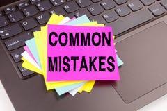 Escrevendo o texto dos erros comuns feito no close-up do escritório no teclado de laptop Conceito do negócio para o erro comum da Foto de Stock Royalty Free