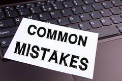 Escrevendo o texto dos erros comuns feito no close-up do escritório no teclado de laptop Conceito do negócio para o erro comum da Imagens de Stock