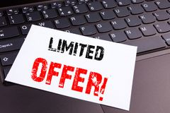 Escrevendo o texto limitado da oferta feito no close-up do escritório no teclado de laptop Conceito do negócio para a venda Works Foto de Stock