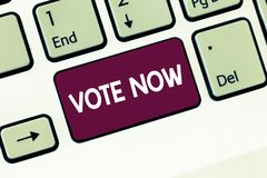 Escrevendo o voto da exibição da nota agora Foto do negócio que apresenta a indicação formal de uma escolha entre dois ou mais cu foto de stock royalty free