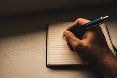Escrevendo para baixo notas imagens de stock