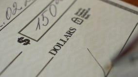 Escrevendo um cheque para o pagamento filme