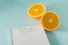 Escrevendo um plano da dieta Fotos de Stock