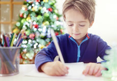 Escrevendo uma letra da lista do Natal a Santa Claus Fotografia de Stock