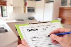 Escrevendo umas citações para a renovação da cozinha Foto de Stock