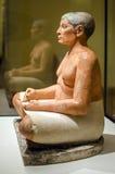 Escrevente assentado no Louvre imagens de stock royalty free