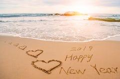Escriba la Feliz Año Nuevo 2019 en la playa Imágenes de archivo libres de regalías