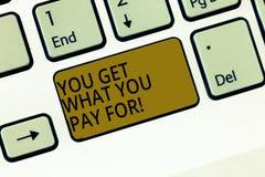 Escribiéndole a demostración de la nota consiga lo que usted paga La calidad de exhibición de la foto del negocio de cosas depend imagen de archivo libre de regalías