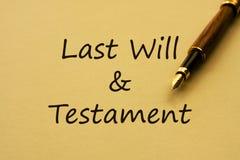 Escribiéndole la voluntad y el testamento pasados fotografía de archivo libre de regalías