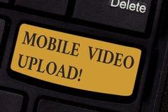 Escribiendo a demostración de la nota carga por teletratamiento video móvil Foto del negocio que muestra para añadir los vídeos e imagenes de archivo