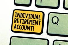 Escribiendo a demostración de la nota cuenta de jubilación individual La exhibición de la foto del negocio invierte y destina los fotografía de archivo libre de regalías