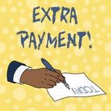 Escribiendo a demostración de la nota el pago adicional Foto del negocio que muestra para pagar el dinero adicional además de su  libre illustration