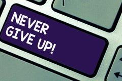 Escribiendo el showingNever de la nota abandone La foto del negocio que muestra Keep que intenta hasta que usted tenga éxito sigu imagenes de archivo