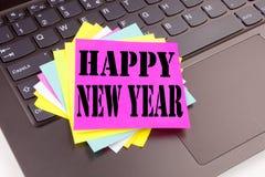 Escribiendo el texto de la Feliz Año Nuevo hecho en el primer de la oficina en el teclado de ordenador portátil Concepto del nego Imagen de archivo