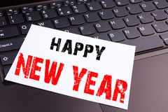 Escribiendo el texto de la Feliz Año Nuevo hecho en el primer de la oficina en el teclado de ordenador portátil Concepto del nego Fotos de archivo libres de regalías