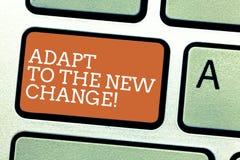 Escribiendo la demostración de la nota adáptese al nuevo cambio La exhibición de la foto del negocio se acostumbra a diversas est imagen de archivo libre de regalías