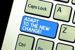 Escribiendo la demostración de la nota adáptese al nuevo cambio La exhibición de la foto del negocio se acostumbra a diversas est imagen de archivo